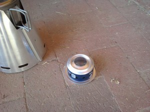 alcohol stove with combined support and windscreen